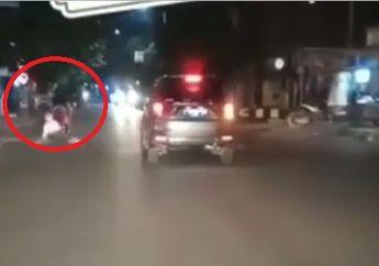 Ngeri! Video Detik-detik Boncenger Kawasaki Ninja 250 Terjungkal Akibat Enggak Pegangan
