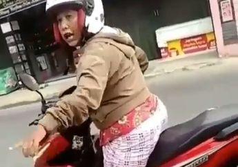 Video Emak-emak Pakai Jurus Ngamuk Usai Tabrak Motor di Pinggir Jalan, Korban Enggak Berkutik
