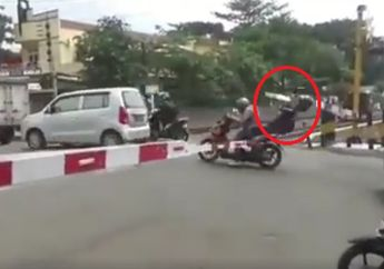 Ngeri Amat, Video Detik-detik Kepala Pembonceng Motor Ketiban Palang Pintu Rel Kereta