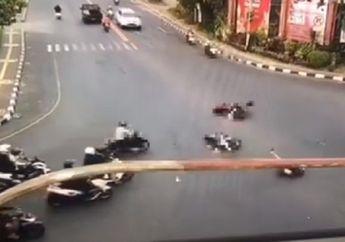Video Detik-detik Terobos Lampu Merah di Persimpangan, Pemotor Terpental Gak Berkutik
