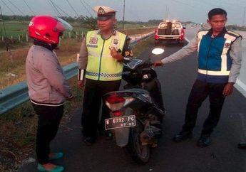 Video Emak-emak Ngebut Naik Honda Vario 125 di Jalan Tol, Nekat Pepet Jalur Cepat