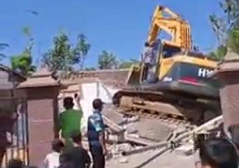 Viral Video Akibat Istri Selingkuh Rumah Mewah Dirobohkan Excavator Jalanan Diblok Motor Pun Gak Bisa Lewat