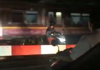 Viral, Video Pemotor Nekat Terobos Palang Pintu dan Terjebak di Tengah Perlintasan Kereta Api