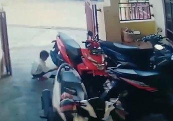 Detik-detik Anak Balita Membakar Motor Tapi Yang Disalahkan CCTV