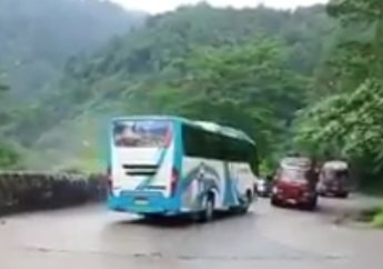 Bis Rem Blong di Tikungan Sitinjau Padang Tabrakan Dengan 2 Mobil Tangki, Pemotor Hampir Tersambar, Ini Videonya