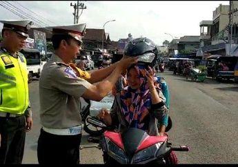 Teguran Halus, Satlantas Polres Empatlawang Kasih Helm Buat Biker Yang Tidak Pakai Helm, Gratis Pula
