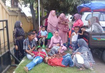 Debt Colector  Rampas Mobil Rombongan Pengantin, Pengantar Telantar Anak Kecil Tertidur di Rumput