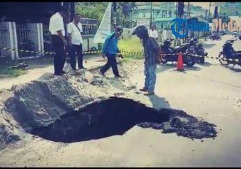 Bahaya Banget, di Jalan Raya Ada Lubang Menganga Sedalam 4 Meter