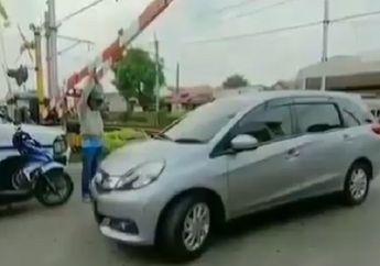 Palang Rel Kereta Api Diangkat, Pemotor Honda BeAT Selamatkan Nyawa Pengendara Mobil yang Terjebak