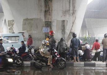 Pemotor Neduh Dari Hujan di Flyover Bisa Ditindak Polisi, Dendanya Bikin Kaget