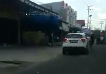Mencekam, Video Detik-detik Pemotor Ngamuk Hajar Kaca Honda HRV Pakai Helm, Langsung Dilindas