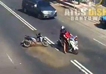 Menyalip Sembarangan, Pemotor Honda Vario Terjatuh dan Tabrak Yamaha NMAX yang Mau Belok