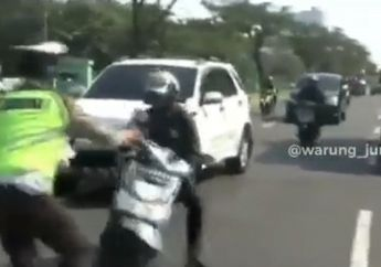 Kaget Razia, Pemotor Nyaris Nyenggol Mobil Mau Nabrak Polisi Akhirnya Jatuh dan Pura-pura Pingsan
