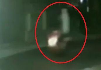Merinding,  Video Pemotor Terekam Kamera CCTV Bonceng Pocong, Satpam Komplek Kocar-kacir