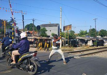 Jangan Terobos Pelintasan Kereta di Bekasi, Tetap Nekat Siap Kena Jurus Silat Pria Ini