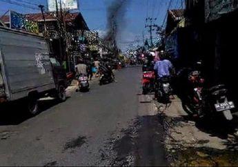 Warga Pasar Berhamburan, Sebuah Motor Bebek Dilalap Api Saat Orang Sibuk Berbelanja