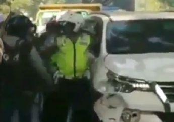 Mencekam, Toyota Fortuner Ringsek, Polisi Sampai Todongkan Pistol ke Sopir, Kabur Usai Menabrak Pemotor