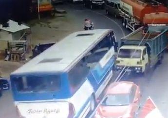 Merinding, Video Detik-detik Bus Rem Blong Hantam Deretan Mobil, Pemotor Nyaris Tersambar