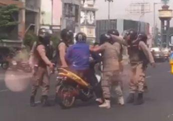 Video Gerombolan Satpol PP Keroyok Pemotor Gara-gara Asap Knalpot, Netizen Ramai-ramai Mengecam
