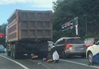 Viral Video Pemotor Terlindas Dump Truk Namun Selamat dan Bangun Sendiri