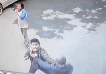 Video Dua Pemotor Senggolan Berujung Duel, Kepala Sampai Dipukul Rantai, Warga Gak Berani Melerai