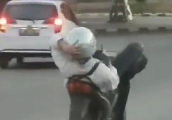 Jangan Ditiru, Video Pemotor Riding Sambil Tiduran dan Main HP, Bisa Belok Tanpa Pegang Setang