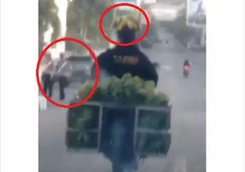 Koplak, Video Pemotor Lolos Razia Polisi Pakai Helm Pisang, Enggak Ditilang, Bro!