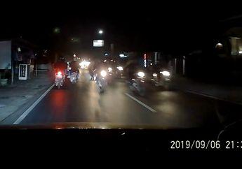 Sok Jagoan, Video Oknum Rombongan Pemotor Berseragam Hitam Hajar Spion Mobil, Netizen Geram