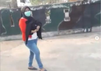 Bikin Merinding, Video Wanita Jalan Kaki Sambil Gendong Jenazah Cucunya Gara-gara Motor Habis Bensin