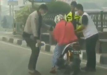 Kabut Asap Kelewat Tebal, Pemotor Wanita Sempoyongan dan Mendadak Lemas di Lampu Merah