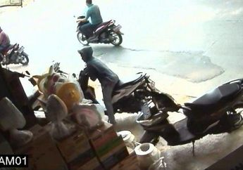 Dua Pelajar SMA Nekat Gasak Motor yang Gak Dikunci Setang, Aksinya Terekam Kamera CCTV