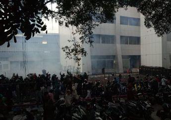 Depan Gedung BPK Mencekam, Pendemo Terlibat Bentrokan dengan Aparat, Massa Rusak Motor di Parkiran