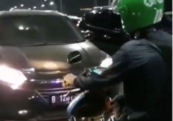 Salut, Video Seorang Driver Ojek Online Pukul Mundur Mobil Honda HRV Yang Lawan Arah