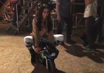 Seksinya Gak Nahan, Video Bebby Fey Asyik Tunggangi Motor Mini Disela-sela Manggung
