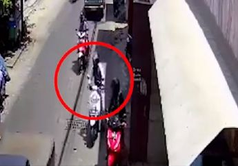 Miris, Video Detik-detik Honda Scoopy Didorong Maling Saat Asik Ngopi di Warkop