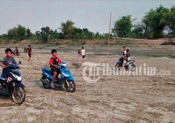 Sungai Bengawan Solo Kering, Anak Muda  Asyik Naik Motor dan Bermain Voli