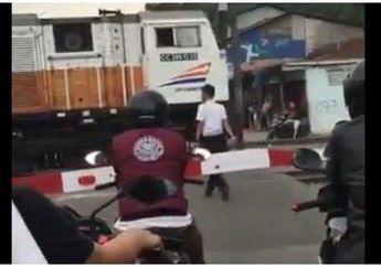 Heboh Video Masinis Beli Makan dan Pemotor Tertahan di Depan Perlintasan Kereta Api, PT KAI Langsung Angkat Bicara