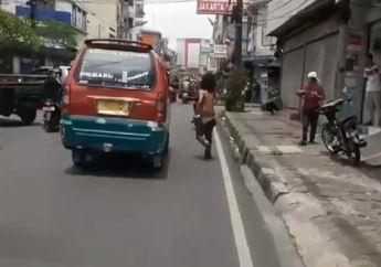 Pemotor Kaget, Video Penderita Gangguan Jiwa Spontan Bantu Buka Jalan Buat Ambulans, Angkot Langsung Minggir
