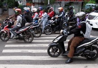 Street Manners: Pemotor Jangan Berhenti di Zebra Cross, Sudah Ditilang Dendanya Juga Mahal