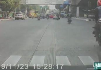 Arogan! Video Detik-detik Oknum Bikers Hantam Spion Mobil Sampai Patah, Netizen: Kelakuannya Sok Jagoan Banget