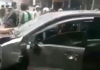 Suasana Gak Terkendali, Video Warga dan Pemotor Hancurkan Toyota Avanza di Jagakarsa, 4 Pelaku Ketahuan Bawa Kabur Istri Orang