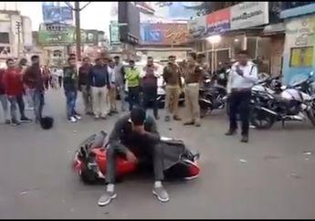 Sadis, Video Seorang Pria Ngamuk Gara-gara Ditilang Tidak Pakai Helm, Banting Motor Sendiri Lalu Nangis Tersedu-sedu