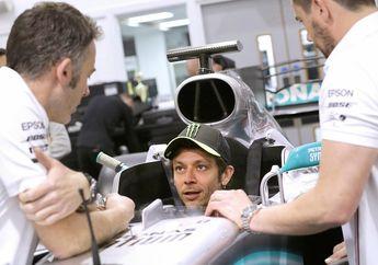 Beneran Jadi! Valentino Rossi dan Lewis Hamilton Tukar Pakai Motor MotoGP dan Mobil F1, Rossi Udah Ngukur Aja