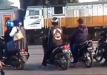 Kapan Kapoknya, Video Rombongan Pemotor Terobos Perlintasan dan Berhenti di Rel Kereta Api, Padahal Dendanya Bisa Bikin Meringis