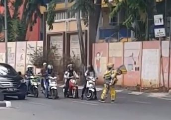 Pemotor Sempat Kaget, Bumblebee Mendadak Turun Tangan Ingatkan Pengendara di Lampu Merah, Netizen: Mantul Nih!