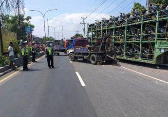 Tegal Geger, Puluhan Yamaha NMAX Baru Teronggok di Tengah Jalan Setelah Truk Pengangkut Motor Menabrak Jembatan