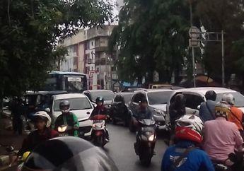Jalan Graha Raya Bintaro Banjir, Pemotor Kocar-kacir Pilih Putar Balik