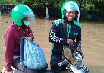 Miris, Driver Ojol Mati-matian Antar Penumpang Sampai Motor Terendam Banjir, Netizen: Penumpangnya Ceburin Aja