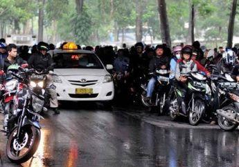 Peringatan Buat Pemotor, Flyover Bukan Tempat Motor Berteduh Saat Hujan, Dendanya Enggak Main-main