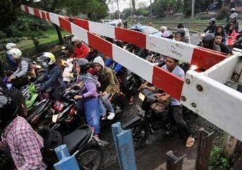 Hampir Jadi Perkedel, Video Pemotor Nekat Terobos Kereta Api di Malang Jadi Sorotan, Netizen: Sayangnya Gak Ketabrak